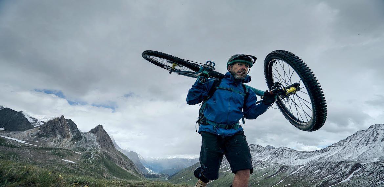 Mountainbike op schouders
