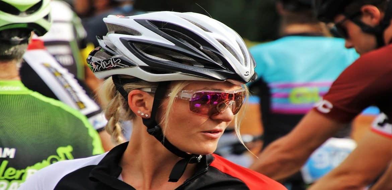 Vrouwen fietsen met mannen
