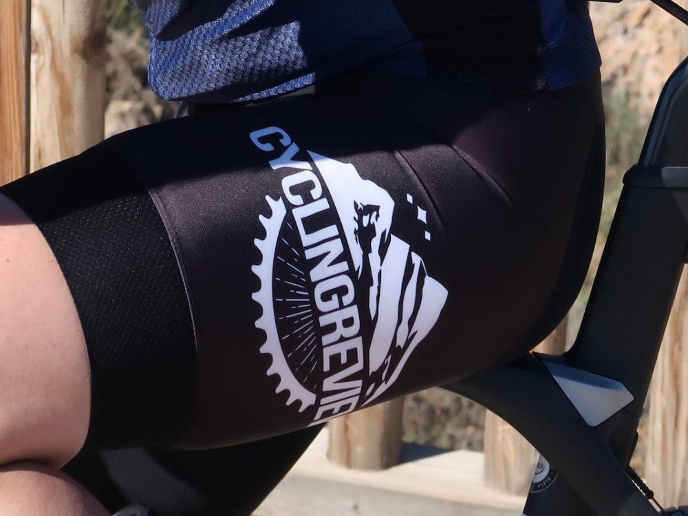 Elite 1200 fietsbroek details zijkant zwart TD sportswear